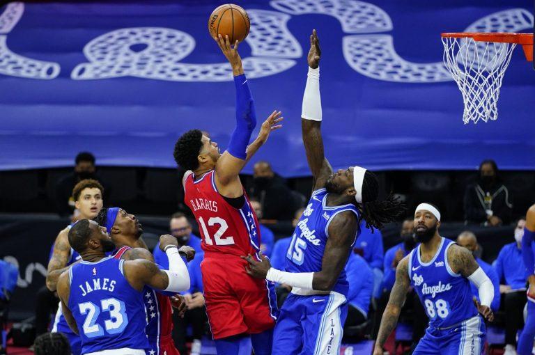76ers kloppen Lakers, drie nederlagen op rij voor Toronto