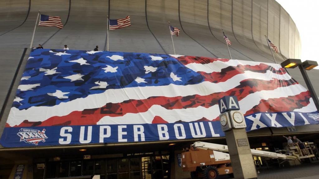 Een banner met het nieuwe Super Bowl logo voor 2002